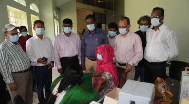 রাবিতে একদিনে টিকা নিলেন ৬০০ শিক্ষার্থী