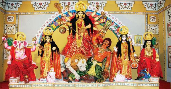 দেবী দুর্গার বন্দনা আর অসুর বধের প্রত্যয়ে মণ্ডপে মণ্ডপে চলছে মহা-অষ্টমীর পূজা
